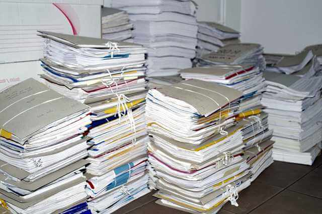 Документы на квартиру для ипотеки от Сбербанка, куча стопок бумаг в папках