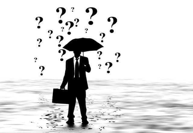 Ипотека для служащих от Сбербанка, человек под зонтом с портфелем, а вместо капель дождя знаки вопросы