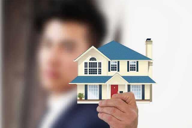 Ипотека Сбербанка на новостройки, дом в руках человека