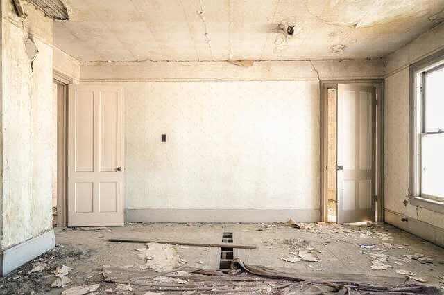 Кредит на ремонт квартиры в Сбербанке, комната которая требует капитального ремонта. Оборваны обои, нет доски в полу, потолок весь обваливается...