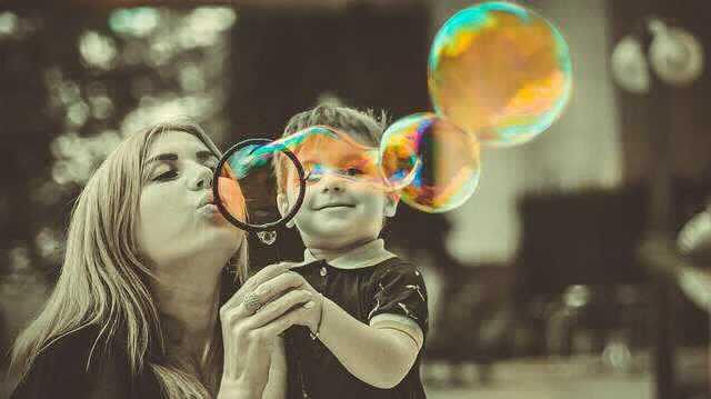 Погашение ипотеки материнским капиталом в Сбербанке, мама с ребенком запускает мыльные пузыри