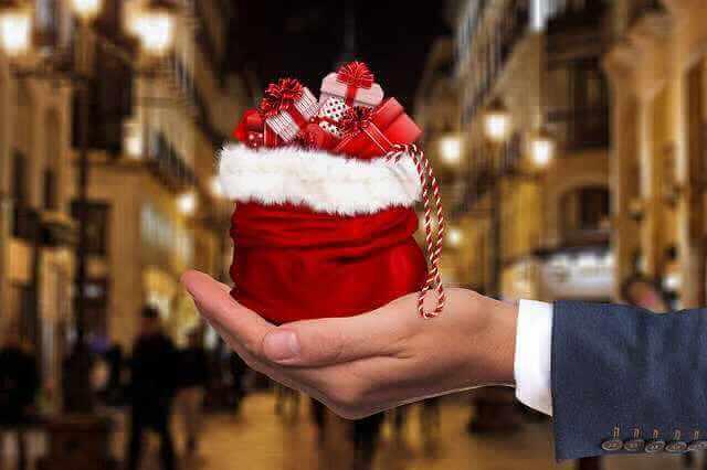 Сбербанк снизил ставки по ипотеке для вторичного жилья, рука с подарками