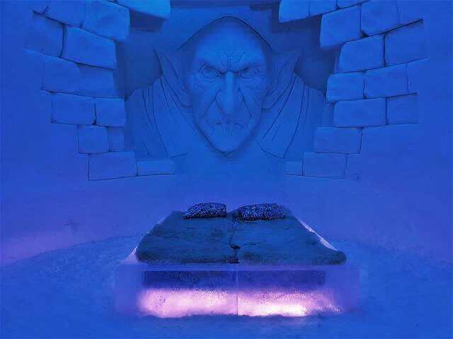 Созаемщик в ипотеке в Сбербанке, двухспальная постельна фоне синей кирпичной стены