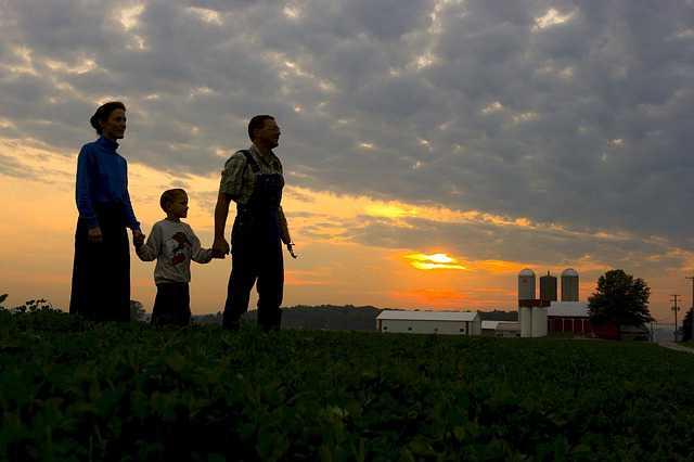 Требования к заемщику по ипотеке в Сбербанке, семья стоит в поле и смотрит на новый дом