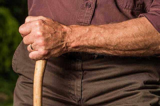 Ипотека пенсионерам в Сбербанке, старик с палкой стоит
