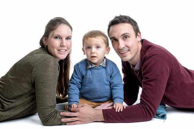 ВТБ 24 ипотека молодая семья, родители с ребенком на белом фоне.
