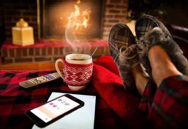 Ипотека ВТБ 24 на вторичное жилье, камин и ноги на столе там же и горячий кофе и телефон. Полный релакс