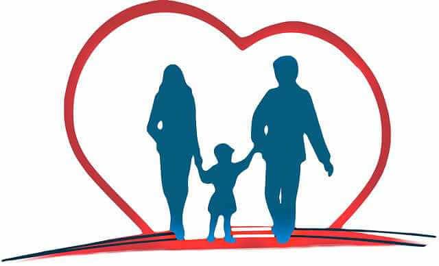 субсидия на ипотеку в 2020 году, семья на фоне сердца идут и держатся за руки