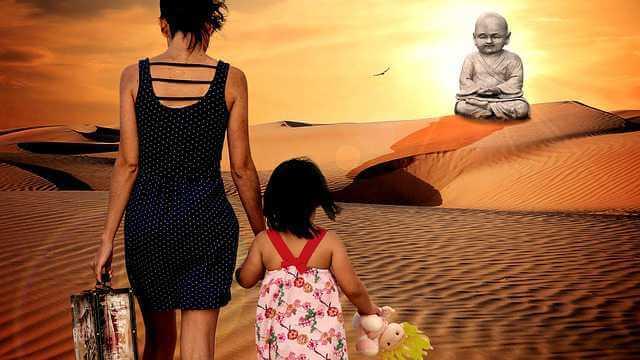 Уволить женщину в декретном отпуске, женщина с ребенком и чемоданом уходит в даль
