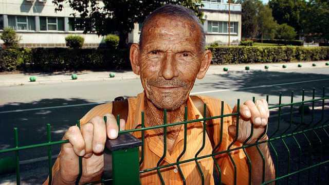 Возможно ли уволиться пенсионеру без отработки, старик держится руками за забор