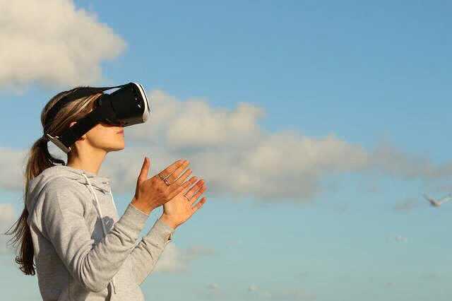 ВТБ и VR ипотека , девушка в очках виртуальной реальности