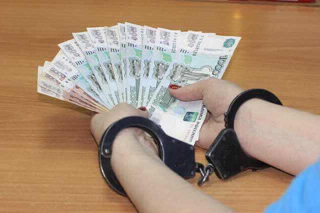 Выплата серой зарплаты,деньги в руках, а на руках наручники