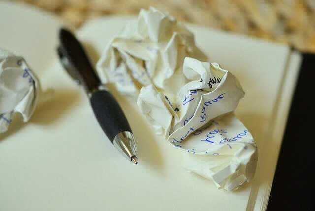 Документы для ипотеки в ВТБ 24,блокнот,ручка и скомканный листок бумаги с записями