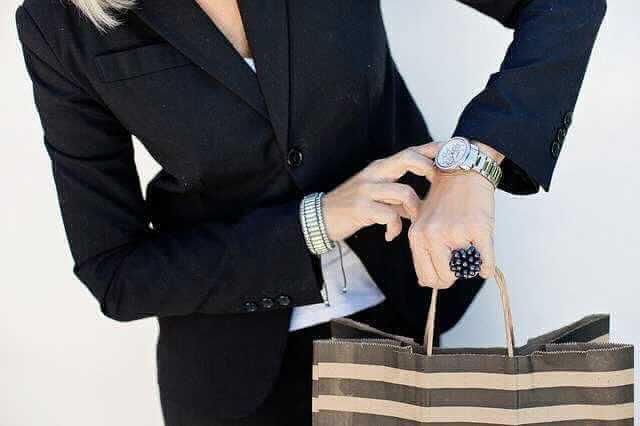 Досрочное погашение ипотеки в ВТБ 24,женщина с пакетом смотрит на часы