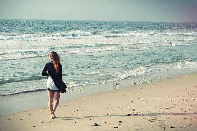как уволиться без отработки двух недель,девушка на пляже уходит