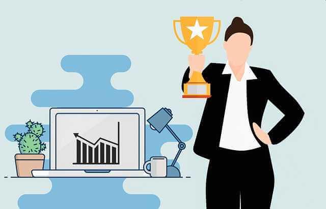 Компенсация за задержку заработной платы, девушка на фоне растущего графика стоит с кубком победителя