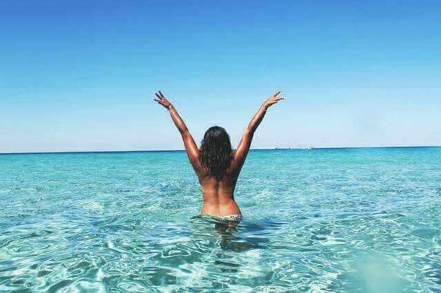 могут ли отказать в отпуске за свой счет, девушка в море по пояс тянет руки к верху