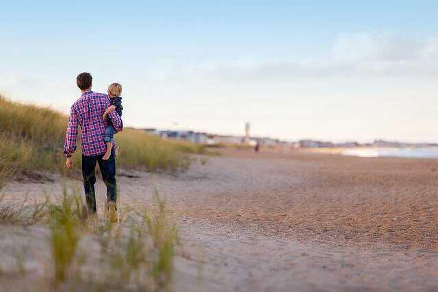 Могут ли уволить единственного кормильца в семье, папа с дочкой смотрят на реку