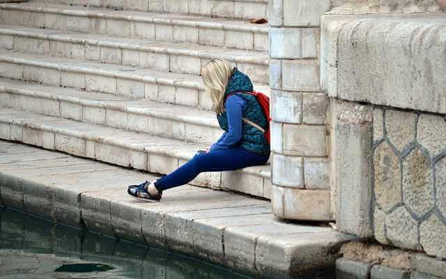 Отказ в выдаче больничного листа,девушка сидит грустная на ступеньках