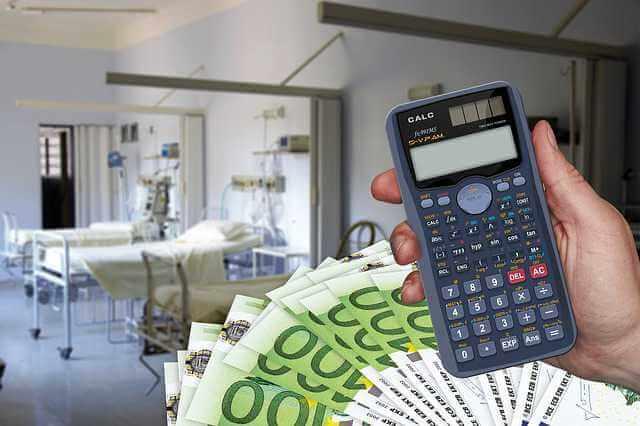 Расчет больничного пособия, калькулятор,деньги и больничная палата