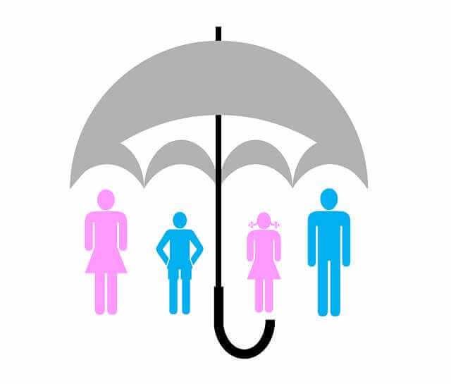 Страхование ипотеки в Россельхозбанке, семья стоит под зонтом