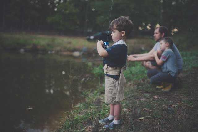 Декрет для мужчин, папа с сыновьями на рыбалке