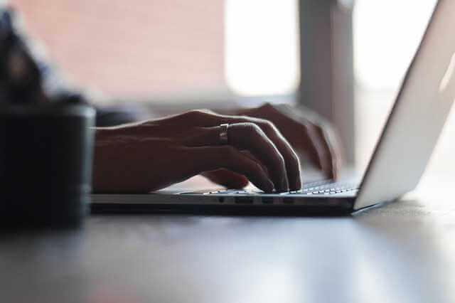 как написать жалобу в трудовую инспекцию, руки печатают на клавиатуре кляузу