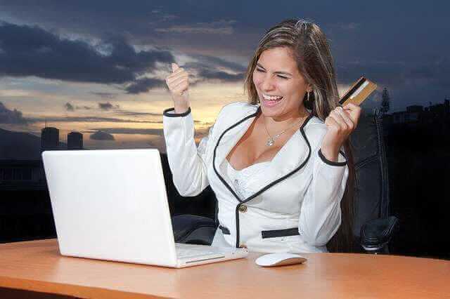 Материальная ответственность директора, девушка перед компом с банковской картой радуется