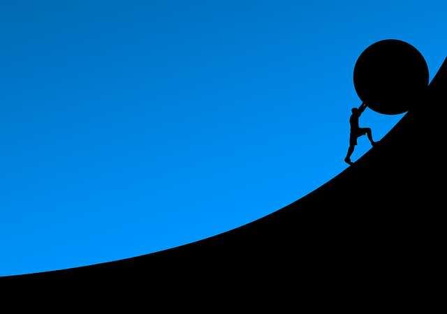 Необоснованный отказ в приеме на работу, человек катит большой шар в гору