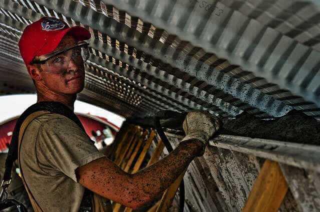 Основания увольнения по Трудовому кодексу, мужие стоит весь грязный и в очках рабочий