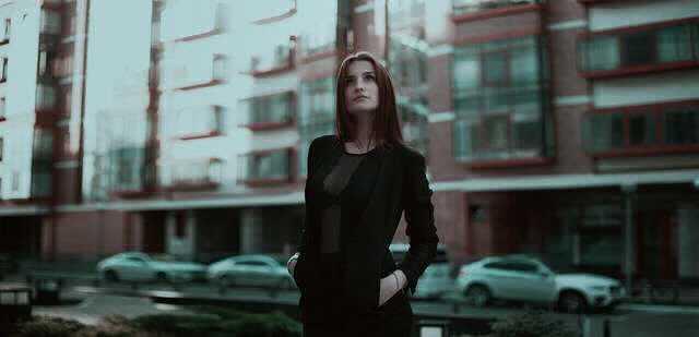 Снижение ипотечной ставки в Подмосковье, красивая девушка на фоне небоскреба