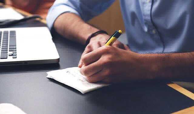 увольнение директора по собственному желанию , мужик сидит и пишет