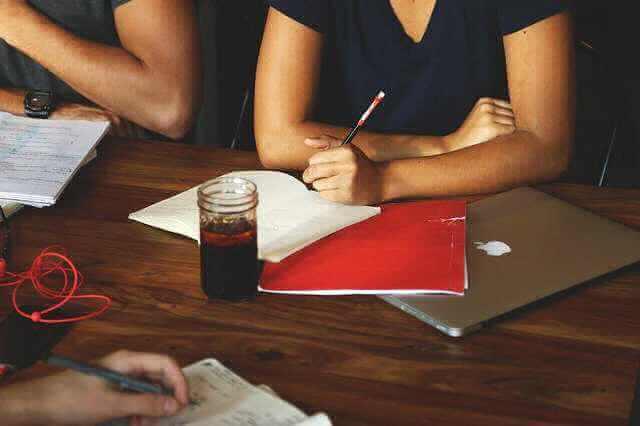 Заключение трудового договора по общему правилу,девушка на листке бумаги что то записывает