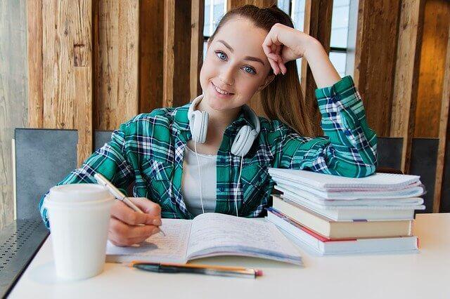 больничный лист на испытательном сроке, девушка сидит и изучает материал