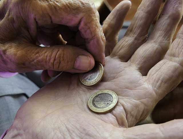 ипотека пенсионерам в Россельхозбанке, пенсионер пересчитывает мелочь в руках