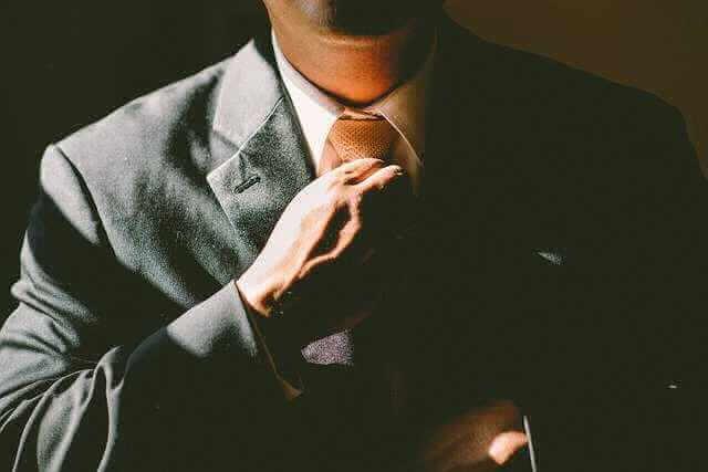 Кого нельзя уволить по сокращению штата,мужчина поправляет галстук