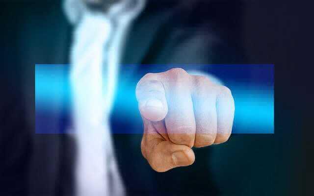 Основания отстранение от работы, начальник показывает пальцем
