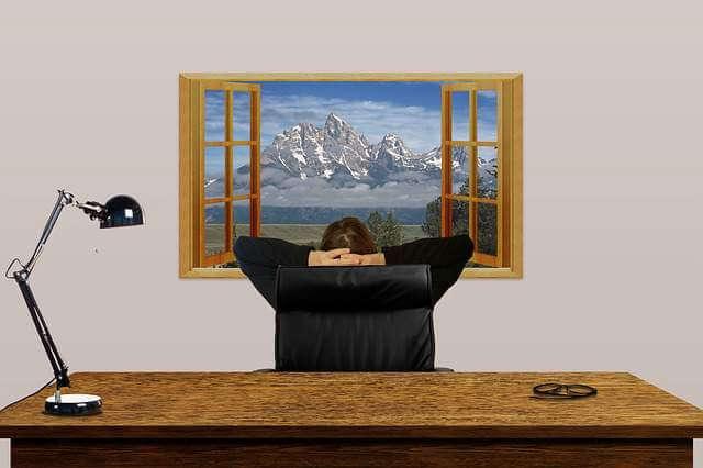 Переход на режим неполного рабочего времени, мужик смотрит в окно сидя на кресле