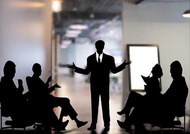 Работодатель обязан возместить работнику неполученный им заработок, человек который выступает возле доски разводит руками