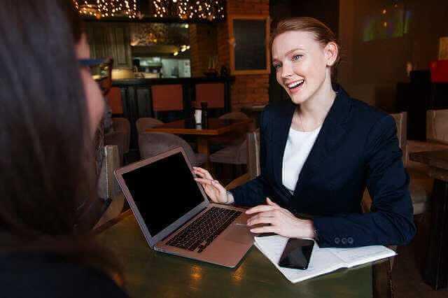 работодатель отправляет в отпуск без содержания, девушка с ноутом что то показывает