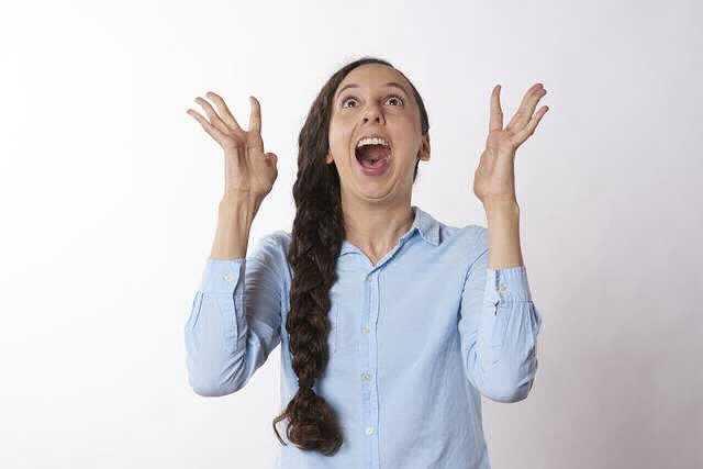 Сбербанк снижает ставки по ипотеке:девушка радуется от счастья