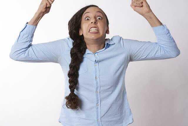 Увольнение в связи с утратой доверия, девушка разозлилась и показывает кулаки
