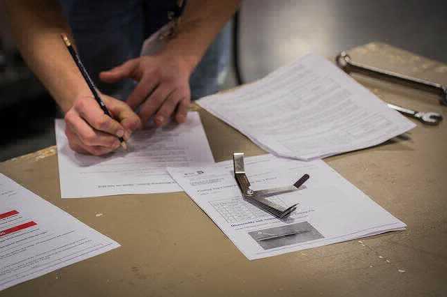 Газпромбанк анкета на ипотеку, человек заполняет бумаги