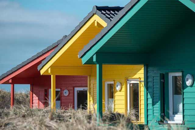 Газпромбанк ипотека на дом,разноцветные дома стоят в ряд