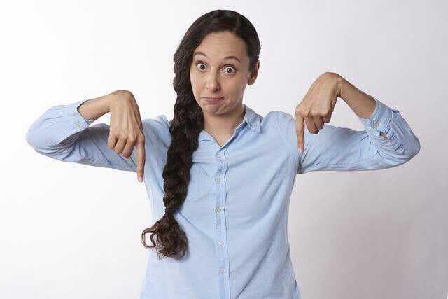 Газпромбанком льготная ипотека, девушка показывает пальцы вниз