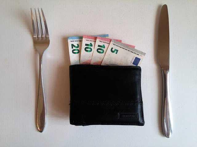Ипотека в Газпромбанке,вилка нож и кошелек с деньгами