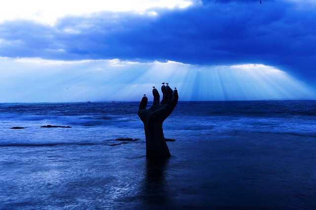 Погашение ипотеки Газпромбанк,рука на пляже направленная вверх