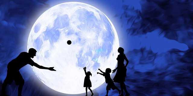 семейная ипотеки в Газпромбанке , семья играет мячом на фоне луны