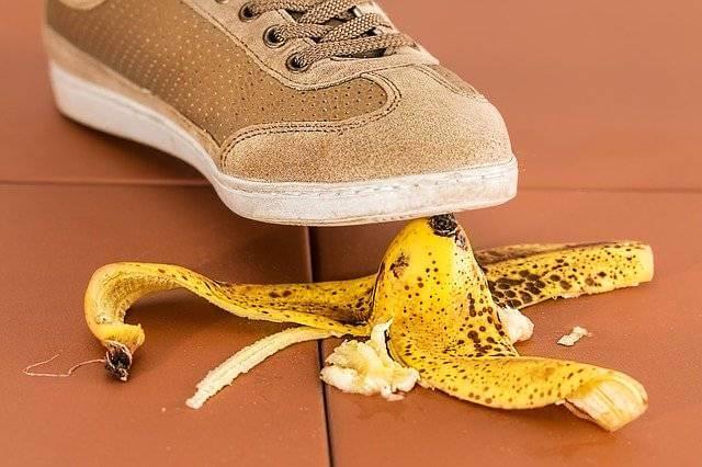 Страхование ипотеки в Альфа-Банке,наступают на кожуру банана