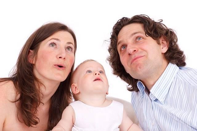 Ипотека с материнским капиталом как первоначальный взнос,мама папа и ребенок смотрят в верх